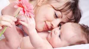 Ребенок тянет волосы у мамы